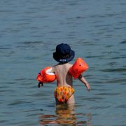 Bei Schwimmlernhilfen auf richtige Kennung achten (Foto)