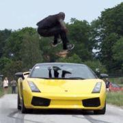 Verrückter Schwede springt über rasenden Lamborghini (Foto)