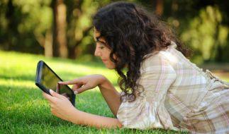 Mit der ARD Mediathek haben Sie auch unterwegs auf Smartphone und Tablet das TV-Programm immer dabei. (Foto)