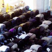 Gläubige in der Sehitlik Moschee in Berlin: Das Fest des Fastenbrechens beginnt mit einem Festgebet am Morgen.