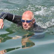 Chemie-Professor startet sein Rhein-Schwimmabenteuer (Foto)
