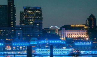 Lichtkünstler taucht Hamburger Hafen wieder in blaues Licht (Foto)
