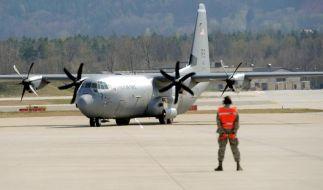 Ein Flugplatzmitarbeiter weist in Ramstein ein neues Flugzeug des Typs Lockheed Martin C-130J Super Hercules ein. (Foto)