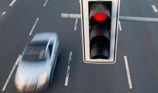 Umfrage deckt auf: So lenken sich Autofahrer bei Rotphasen ab (Foto)