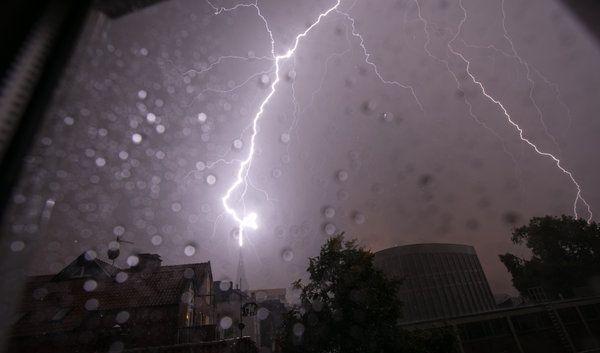 Donner, Blitz und Wolkenbruch: Nordrhein-Westfalen ist von heftigen Gewittern getroffen worden. (Foto)
