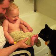 Einfach süß, wie dieser Kater ein Baby zum Lachen bringt (Foto)