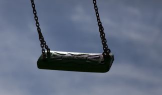 In Pfaffenhofen wurde ein Mädchen von vier jungen Männern auf einem Spielplatz nach einem Trinkspiel vergewaltigt. Die Polizei bittet um Mithilfe. (Foto)