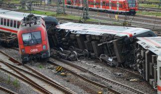 Umgekippte Waggons eines Eurocitys und die Lok eines Güterzugs liegen in Mannheim im Gleisbett. (Foto)
