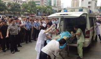 Nach der Explosion in einer Fabrik im ostchinesischen Kunshan transportieren Rettungskräfte eine verletzte Person ab. (Foto)