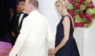 Beim Rotkreuzball in Monaco zeigt sich Fürstin Charlène erstmals mit kugelrundem Babybauch. (Foto)