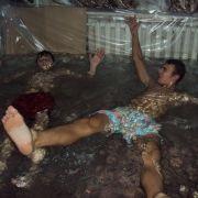 Wie diese Teenies einen Pool in ihr Wohnzimmer bauen, glauben Sie nicht! (Foto)
