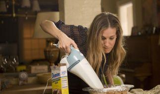 Kate (Sarah Jessica Parker) improvisiert einen selbstgebackenen Kuchen für den Schulevent ihrer Kinder. (Foto)