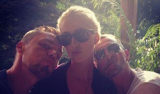 Dieses Foto von Lena Gercke mit zwei Unbekannten gab auf Instagram Anlass zu Spekulationen. (Foto)