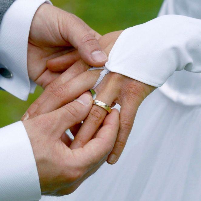 Frau heiratete unwissentlich ihren Bruder (Foto)
