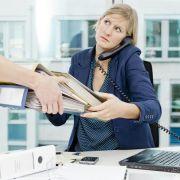 Wälzen Kollegen Arbeit ab, kann das besonders stressen. In dieser Situation sollten Beschäftigte sich trauen, auch mal «nein» zu sagen. Foto: Monique Wüstenhagen