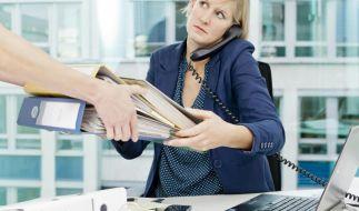 Wälzen Kollegen Arbeit ab, kann das besonders stressen. In dieser Situation sollten Beschäftigte sich trauen, auch mal «nein» zu sagen. Foto: Monique Wüstenhagen (Foto)