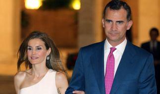 Dürr sieht Letizia von Spanien aus am Arm ihres Mannes, König Felipe. (Foto)