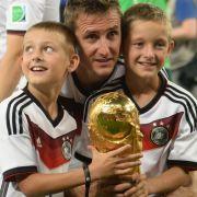 Miroslav Klose mit seinen Söhnen Noah und Luan.