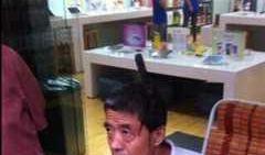 Horror-Unfall: Aus heiterem Himmel fiel diesem Chinesen ein Messer auf den Kopf und blieb stecken. (Foto)