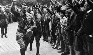Der nationalsozialistische Führer Adolf Hitler (l) wird bei seiner Ankunft auf dem vierten Parteitag der NSDAP 1929 in Nürnberg mit dem Hitlergruß empfangen. (Foto)
