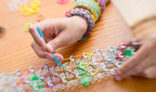 Loom Bands sind der DIY-Trend 2014. Kinder wie Erwachsene lieben die kleinen bunten Gummiringe. (Foto)