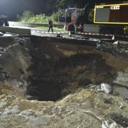 Bombensprengung reißt Krater in A3 (Foto)