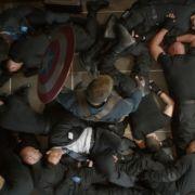 Mal eben so ein Dutzend Männer in einem winzigen Fahrstuhl platt machen: Für Captain America kein Problem.
