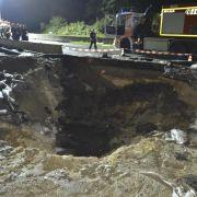 Weltkriegsbombe reißt Krater in Autobahn (Foto)
