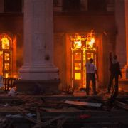 Knapp einen Monat nach Ausbruch der Unruhen im Osten der Ukraine hat die prowestliche Führung Hochburgen der Separatisten mit einem massiven Militäreinsatz angegriffen.