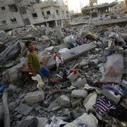 Im Gaza-Streifen liegen überall Trümmer von zerstörten Gebäuden.