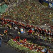 Tausende Blumen liegen auf dem Maidan in Kiew und erinnern an die Opfer der Maidan-Friedensbewegung.