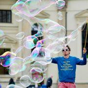 Herr der Seifenblasen: Ein Straßenkünstler 2014 auf dem Gendarmenmarkt in Berlin.