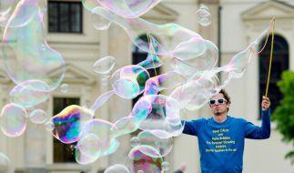 Herr der Seifenblasen: Ein Straßenkünstler 2014 auf dem Gendarmenmarkt in Berlin. (Foto)