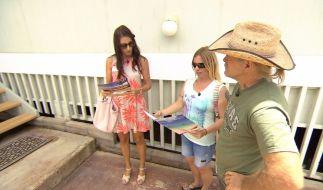 Manu und Konny lassen sich von Maklerin Heidi Häuser auf Hawaii zeigen. (Foto)