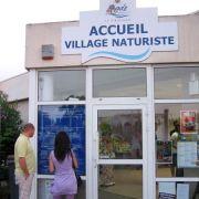Ein ganzes Feriendorf für Nackte: In der Feriensiedlung Cap d'Agde in Südfrankreich kann man nicht nur nackt baden, sondern auch hüllenlos einkaufen oder im Restaurant speisen.