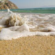 An den feinen Sandstränden von Mykonos fühlen sich FKK-Fans und bekleidete Badeurlauber gleichermaßen wohl.