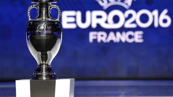 Bis der Fußball-Europameister diesen Pokal in Händen halten kann, gilt es, die Qualifikationsphase zu überstehen. (Foto)