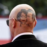 Welcher Hollywood-Star schockt hier mit Glatze und Tattoo? (Foto)