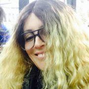 Auch Stars sind manchmal einfach nur Fans. So offenbar auch unser heutiger Rate-Promi. Auf ihrer Facebook-Seite präsentierte sich diese Sängerin nun als Madonna. Mit den blonden Haaren und der dicken Brille ist die 53-Jährige kaum wiederzuerkennen.