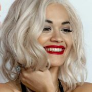 Sie hat es uns wirklich nicht leicht gemacht. Es handelt sich um die Sängerin Rita Ora.