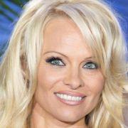 Genau, es ist keine geringere als Pamela Anderson.