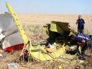 Experten untersuchen das Wrack der MH17. (Foto)