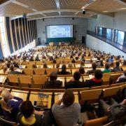 Bei den Gehältern haben Akademiker die Nase deutlich vorn (Foto)