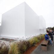 Eigens für die Produktpräsentation wurde auf dem Firmengelände ein fensterloses, weißes Gebäude errichtet.