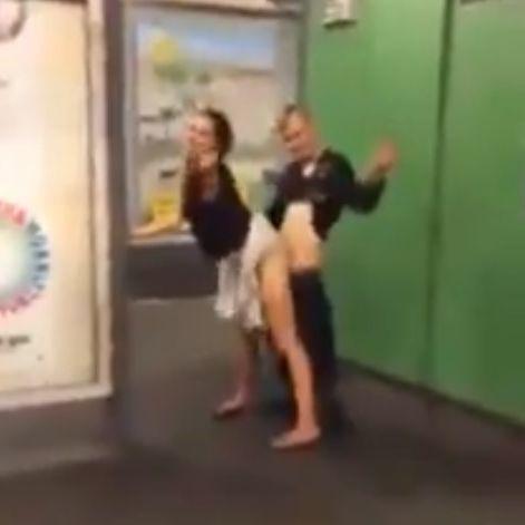 Video: Quickie in Berliner U-Bahn-Station (Foto)