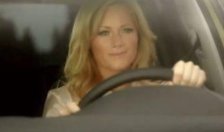 Helene gibt Gas: In ihrem neusten TV-Spot mimt Helene Fischer für VW die sexy Rennfahrerin und wirbt für ihre ganz persönliche Sonderedition. Und das sogar mit Atemlos-Bonus. (Foto)