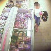 Frau piekst Nadeln in Supermarkt-Hack! (Foto)