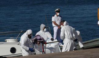 Italienische Notfallkräfte sichern Spuren auf einem Boot, in dem mehrere tote Einwanderer gefunden wurden. (Foto)