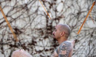 Ein Bodymodder ließ sich hier bei der Israel Tattoo Convention an mehreren Haken aufhängen. (Foto)