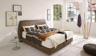 Zur Schlafqualität gehört die Umgebung des Raums, aber auch eine hochwertige Matratze dazu. Im Trend liegen Boxspringbetten, die besonders viel Komfort bieten. (Foto)